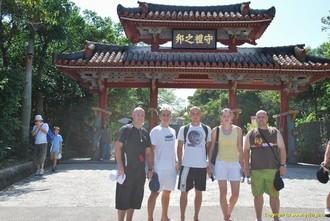 český tým před Shureji Castle