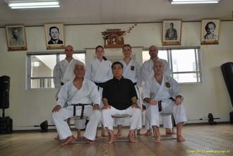 Hichiya Dojo v první řadě z leva Shinkichi Kinjo, Yoshio Hichiya a Jaromír Musil