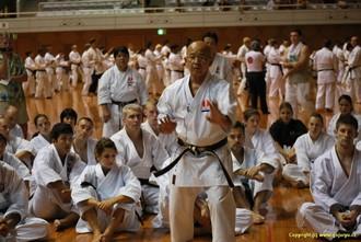Tsuguo Sakumoto při výkladu kata